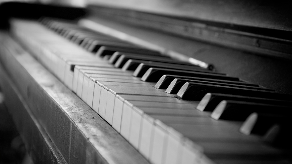 Old piano, Jun 26, 2011, by Jorn Idzerda (1000x563)
