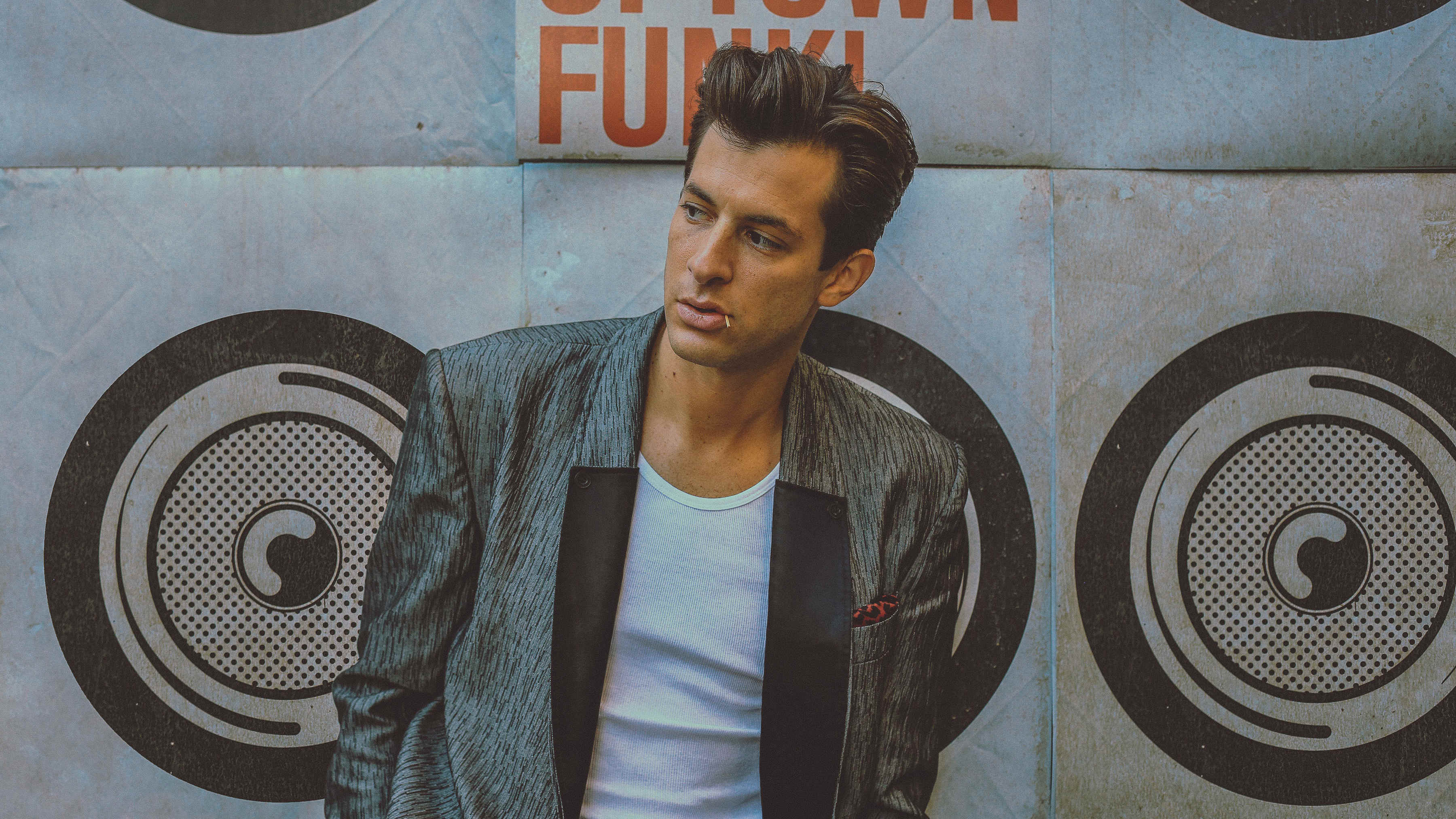 Mark Ronson, Uptown Funk press still, by Florent Dechard (3600x2025)
